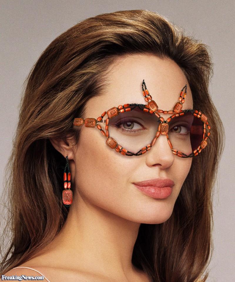 Angelina Jolie với đôi kính tròn, quái làm nổi bật gương mặt.