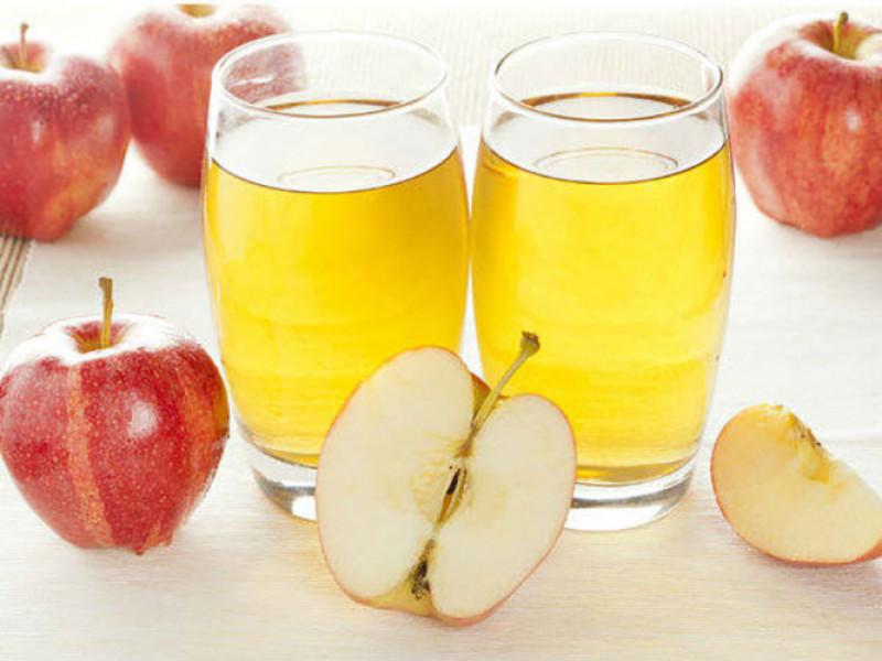 Uống giấm táo chung với nước ấm