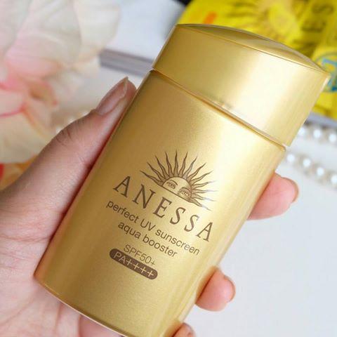 Cầm trên tay em kem chống nắng của Anessa