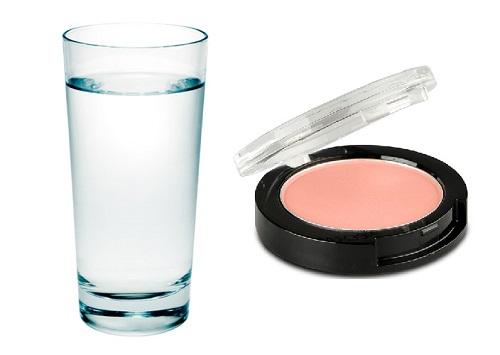 Kiểm tra mỹ phẩm bằng nước để nhận biết chất độc hại