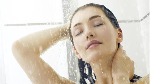 Hạn chế tắm bằng nước nóng để giữ độ bền màu cho tóc