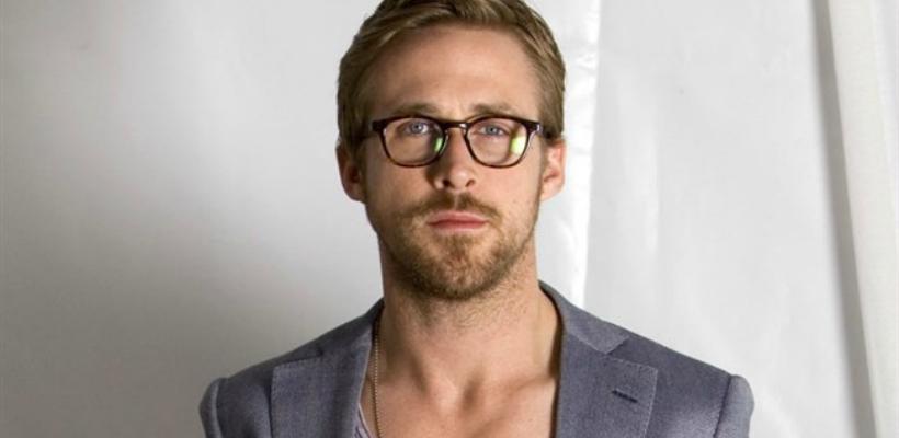 Với gương mặt oval, Ryan Gosling không cần biết cách chọn kính phù hợp cho gương mặt nam mà vẫn chất ngời ngời